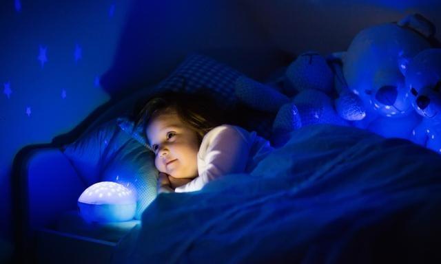 Miért szeretnek a gyerek éjszakai fény mellett aludni?